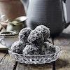 Daddelkugler med chokolade og kokos