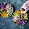 Misosuppe med nudler og grøntsager