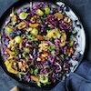 Sprød kålsalat med frugt og nødder